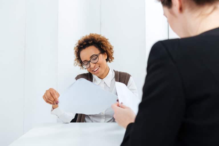 un consultant en recrutement qui étudie un CV